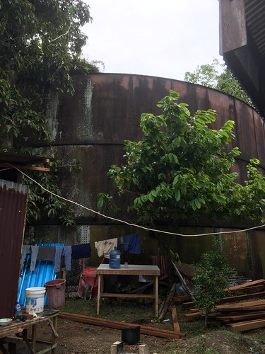 Olieopslag bij marktplaats in Depapre, Tanah Merah baai, Papua