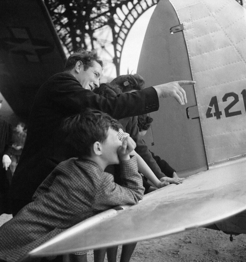 1945. Дети на американской авиационной выставке у Эйфелевой башни