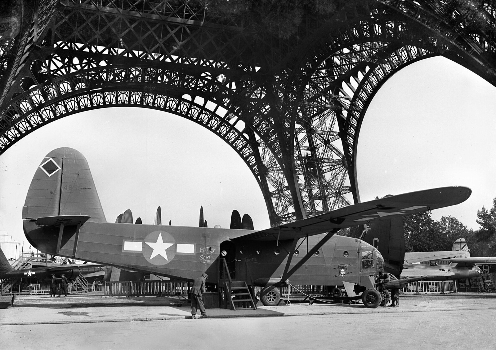 1945. Американская авиационная выставка под Эйфелевой башней. Август