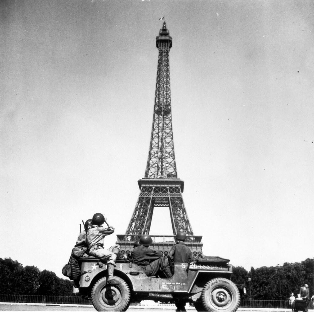 1944. Солдаты 4-й пехотной дивизии США смотрят на Эйфелеву башню из джипа
