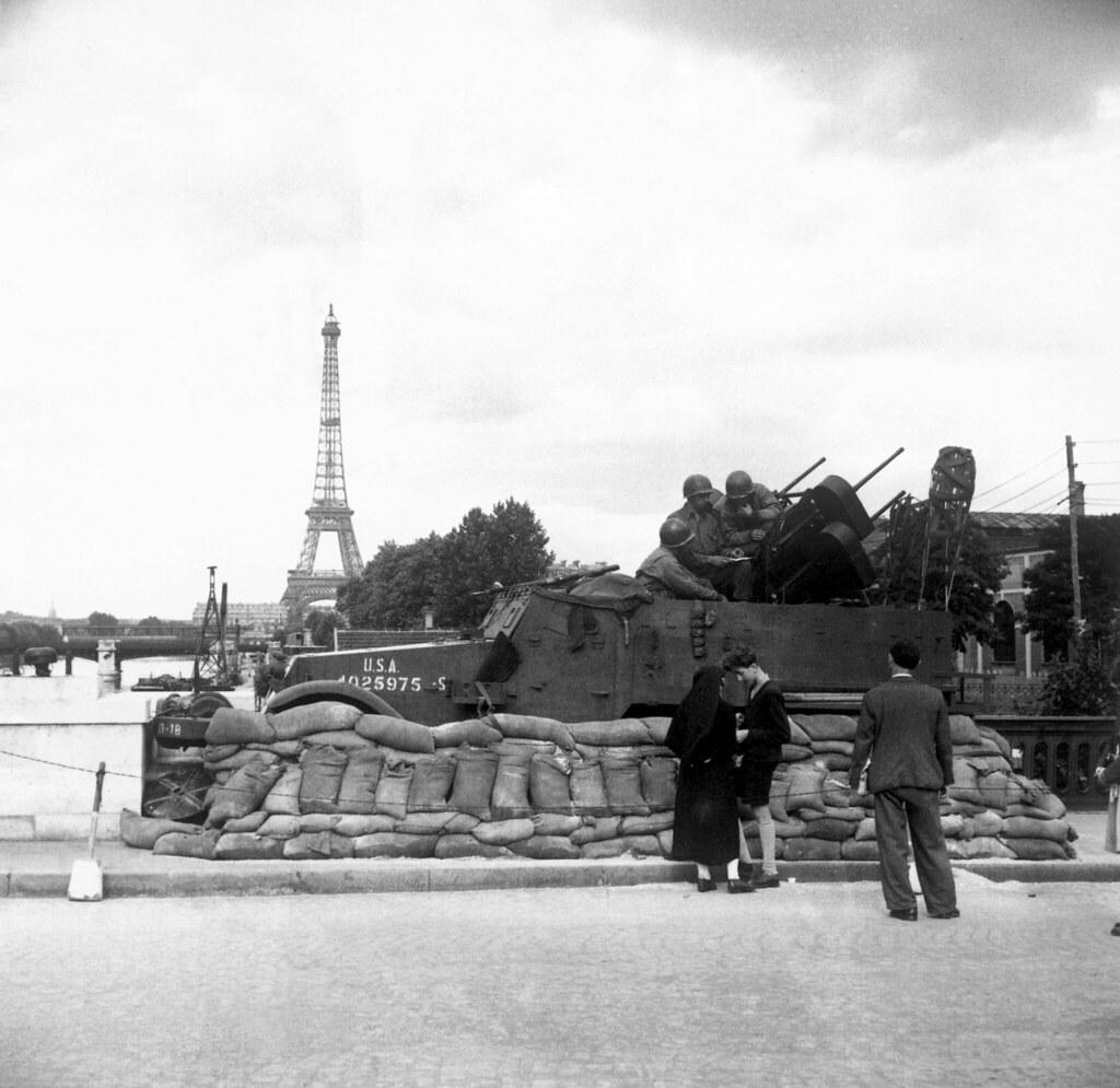 1944. Зенитные орудия охраняют мосты через Сену на фоне Эйфелевой башни. Сентябрь