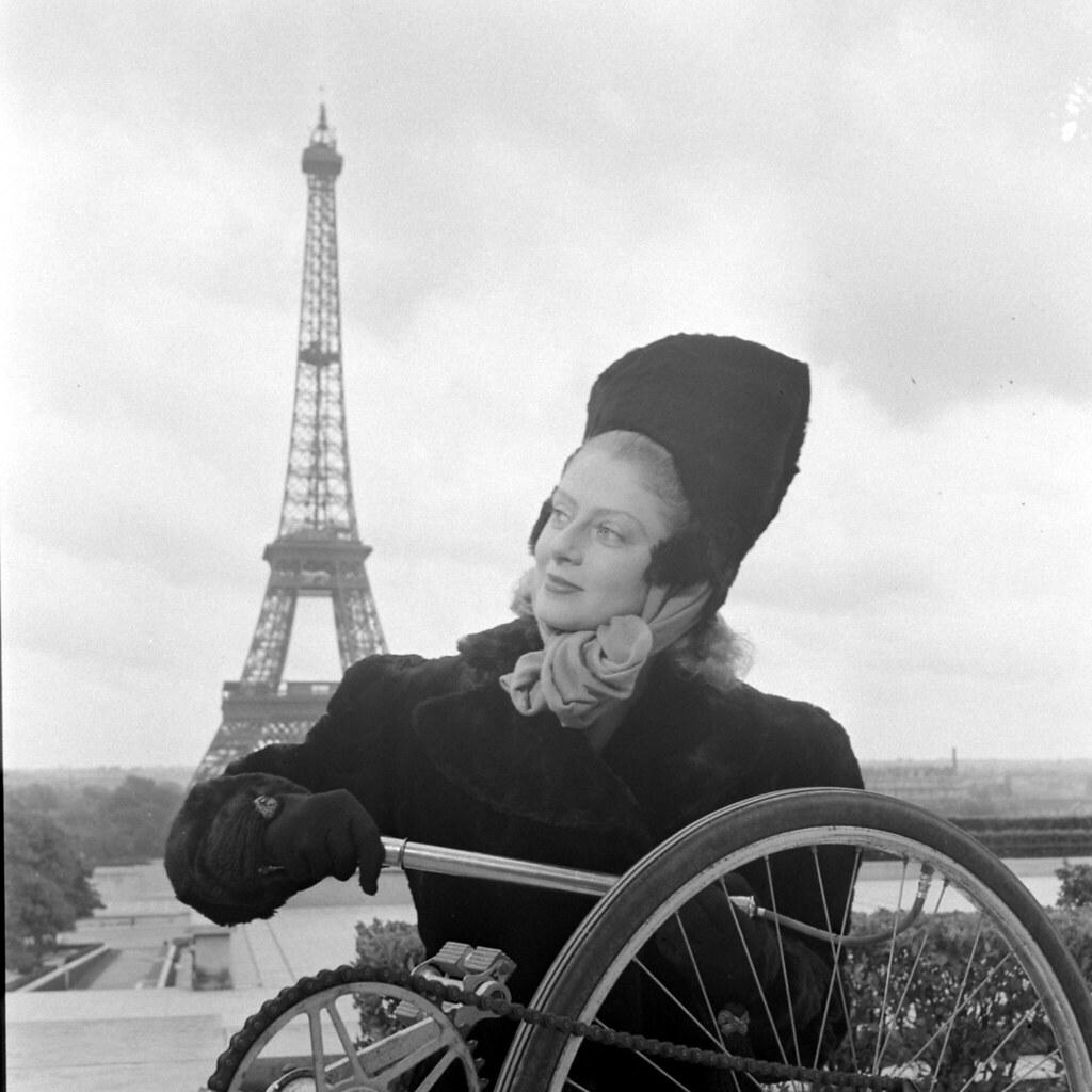 1944. Женщина в модной шляпе возле Эйфелевой башни, Париж, Франция, август (1)