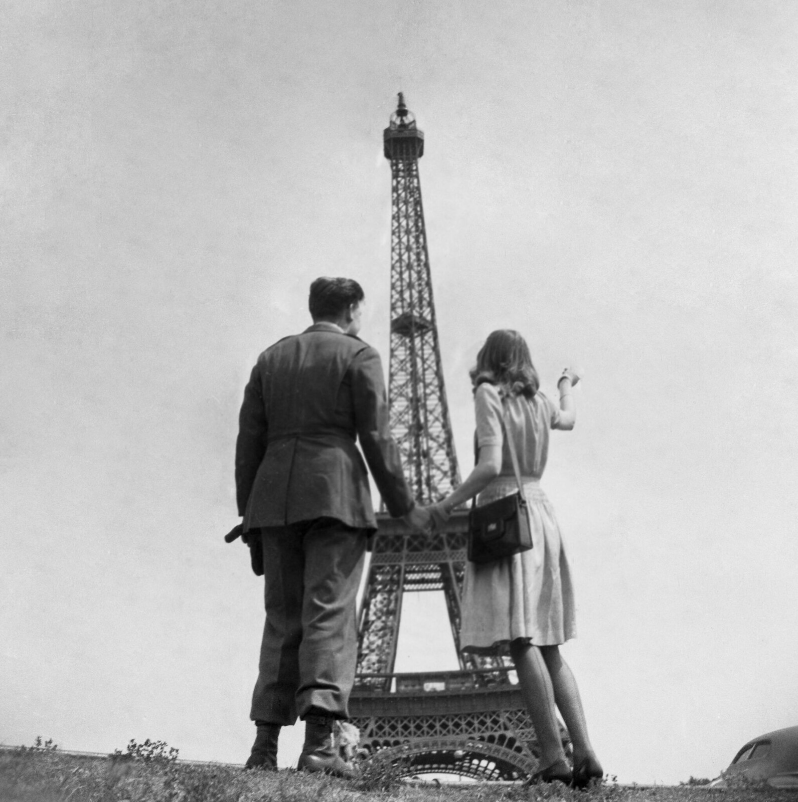 1944. Американский солдат в паре с парижанкой смотрит на Эйфелеву башню