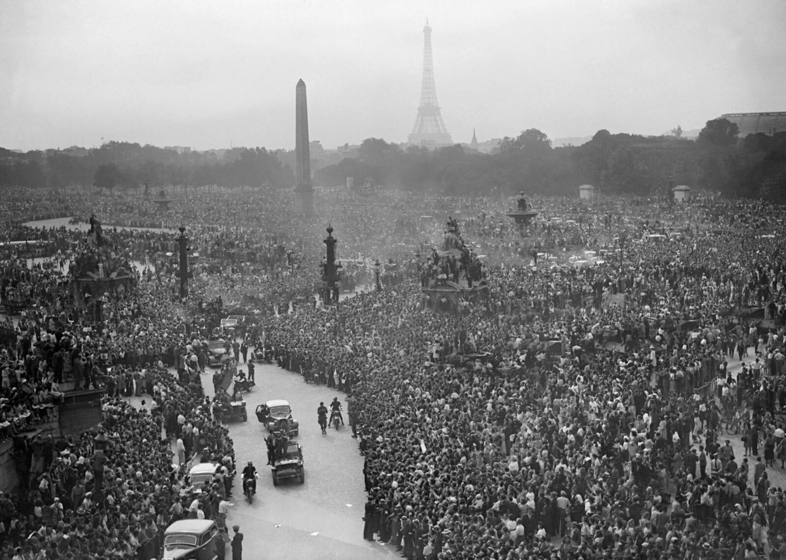 1944. 26 августа. Толпа собралась, чтобы приветствовать 2-ю французскую бронетанковую дивизию и войска союзников на площади Согласия на следующий день после освобождения Парижа