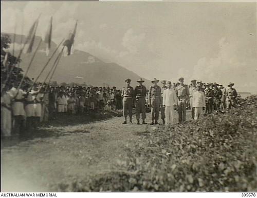 De sultan van Bacan verwelkomt Australische militairen op Bacan, 1944