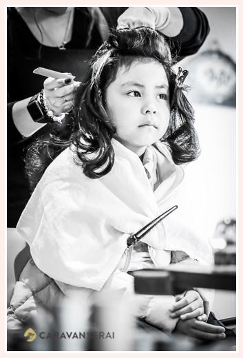 七五三 日本髪を結うべくスタイリング中 モノクロ写真