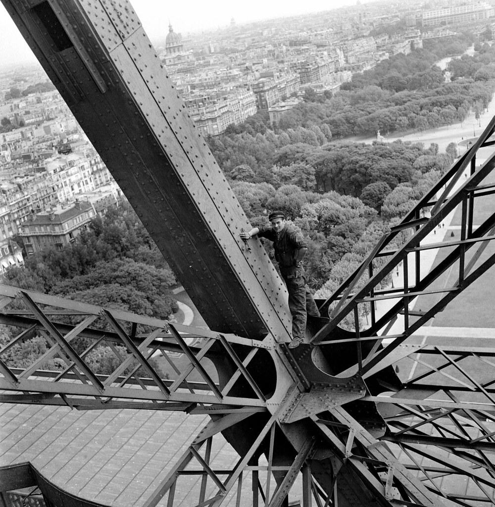 1945. Эйфелева башня