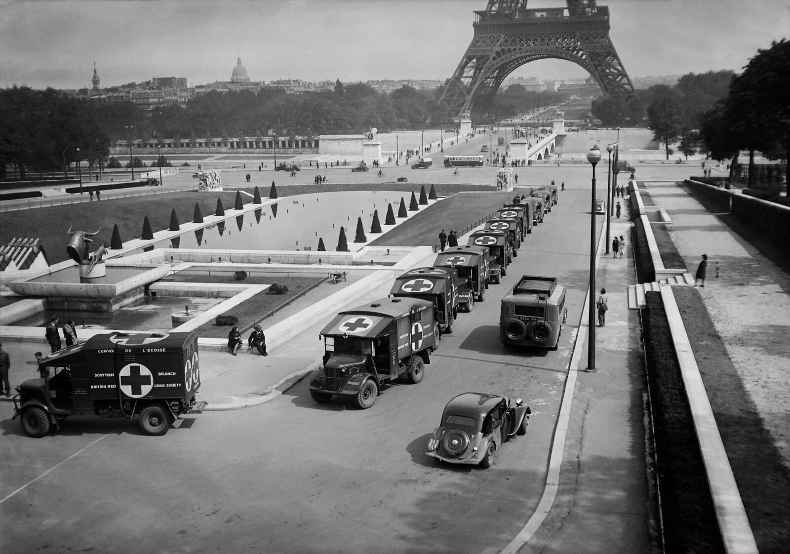 1945. Общий вид церемонии, во время которой Красный Крест Франции получил шестнадцать машин скорой помощи, переданных Шотландским Красным Кре
