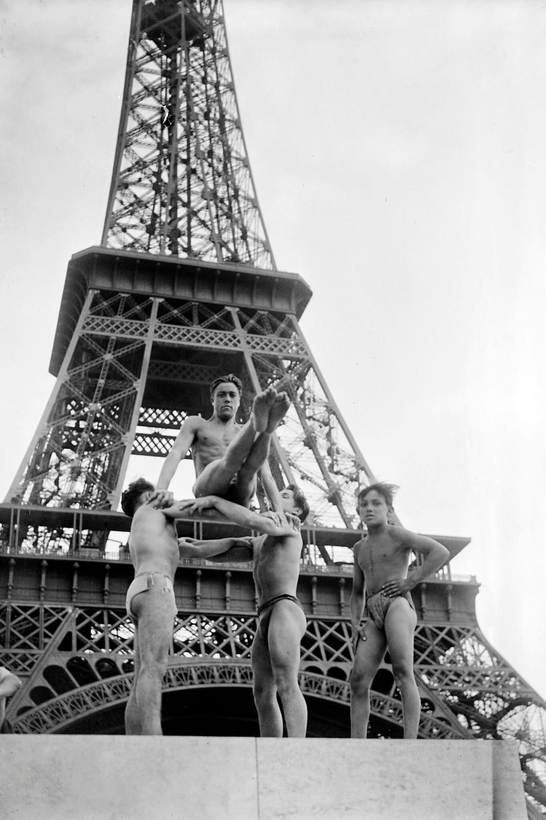 1945. Молодые люди занимаются гимнастикой возле Эйфелевой башни в июле