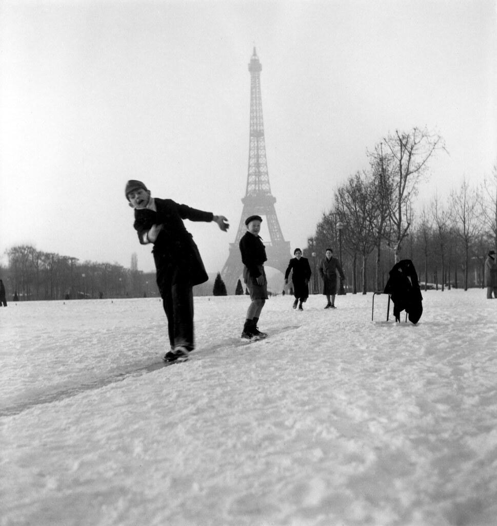 1945. Дети играют перед Эйфелевой башней