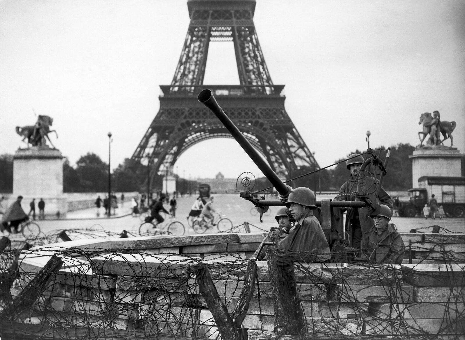 1944. Британские войска в Париже у Эйфелевой башни. Сентябрь