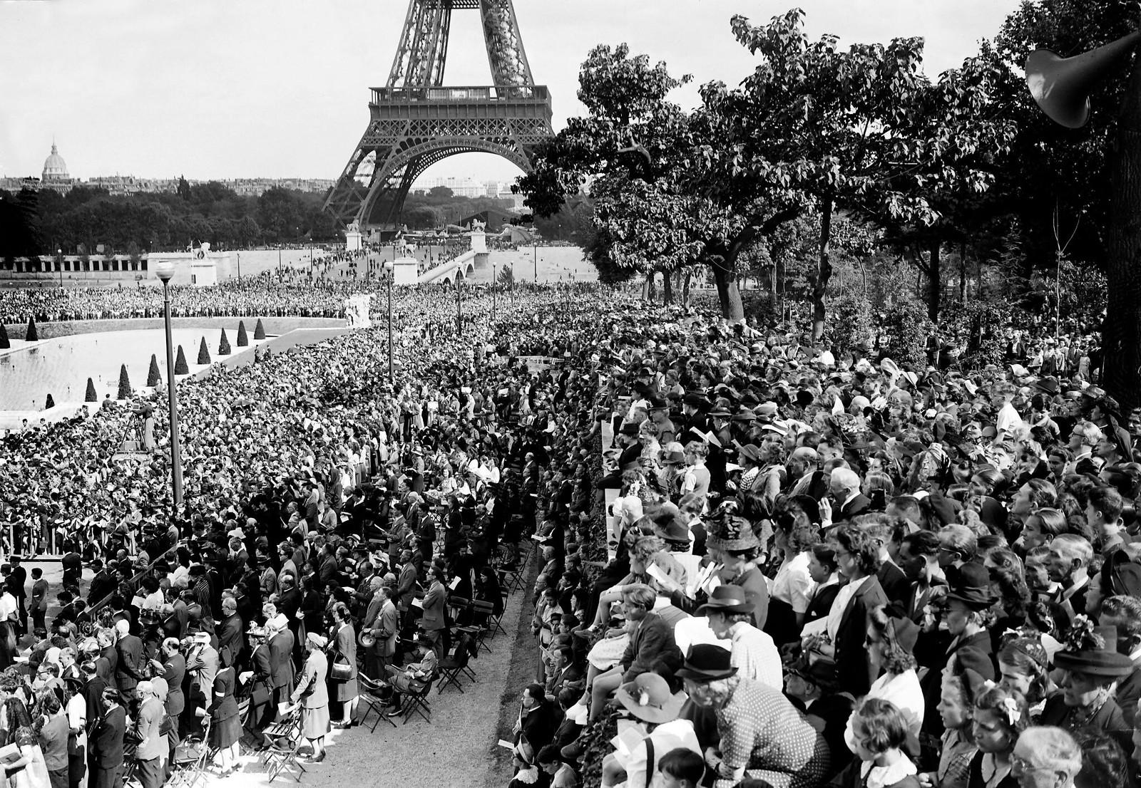 1945. Толпа верующих посещает мессу под открытым небом, известную как «месса примирения», которую 7 июля 1945 года совершил епископ Клермон-Ф