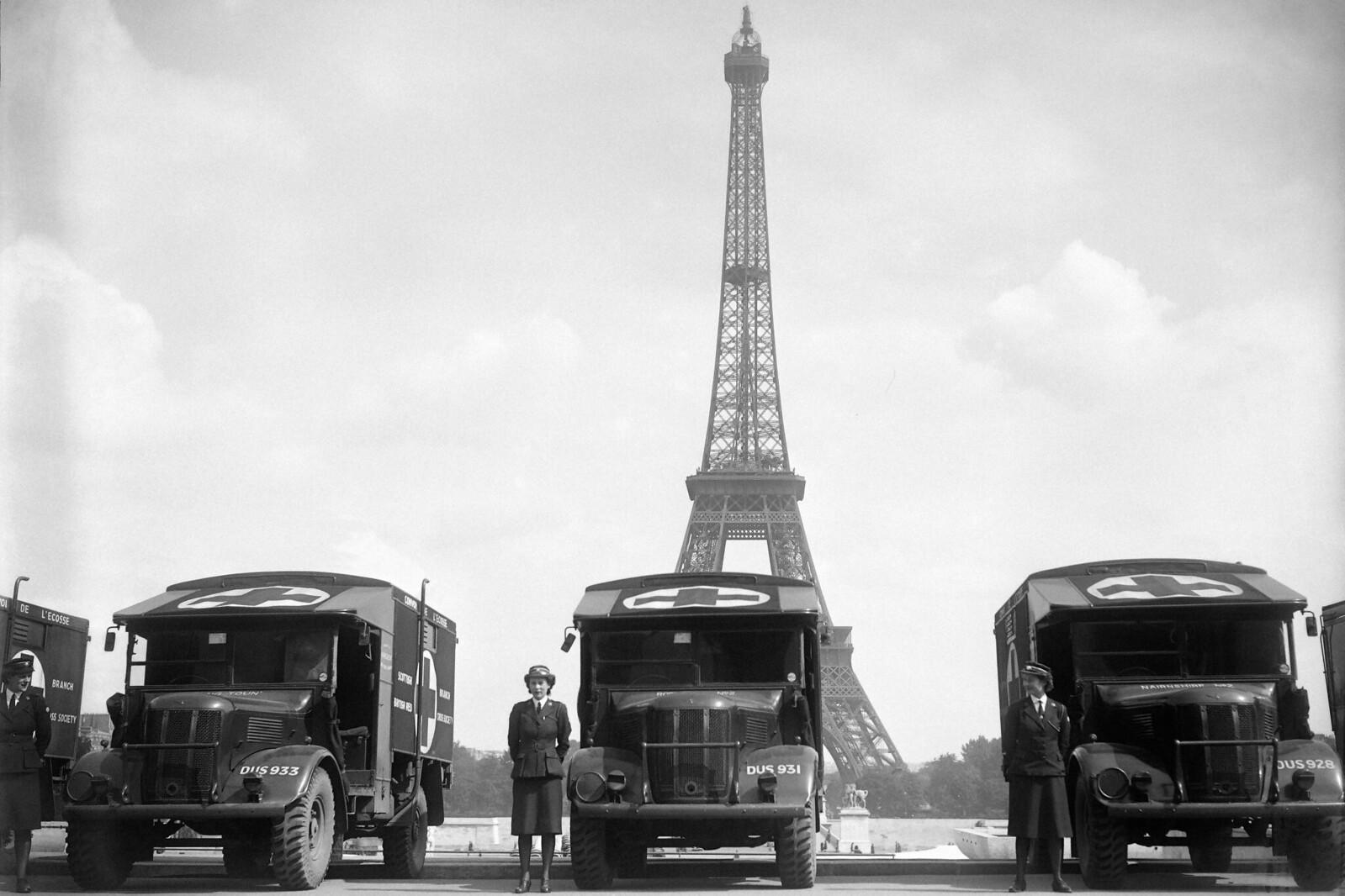 1945. Медсестры Французского Красного Креста позируют во время церемонии, в ходе которой Французский Красный Крест получил шестнадцать машин скорой помощи