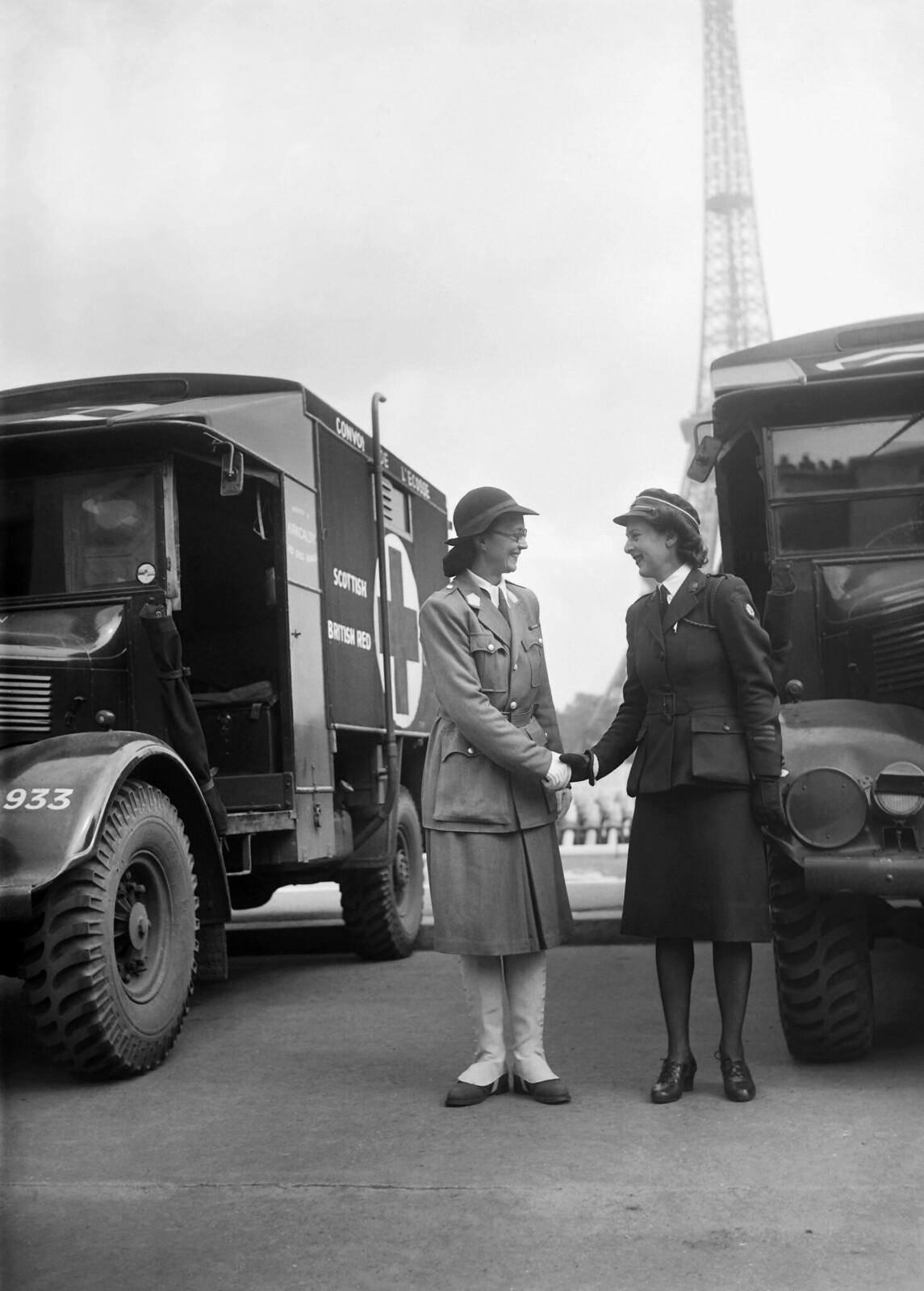 1945. Медсестра из Французского Красного Креста пожимает руку медсестре Шотландского Красного Креста во время церемонии, в ходе которой