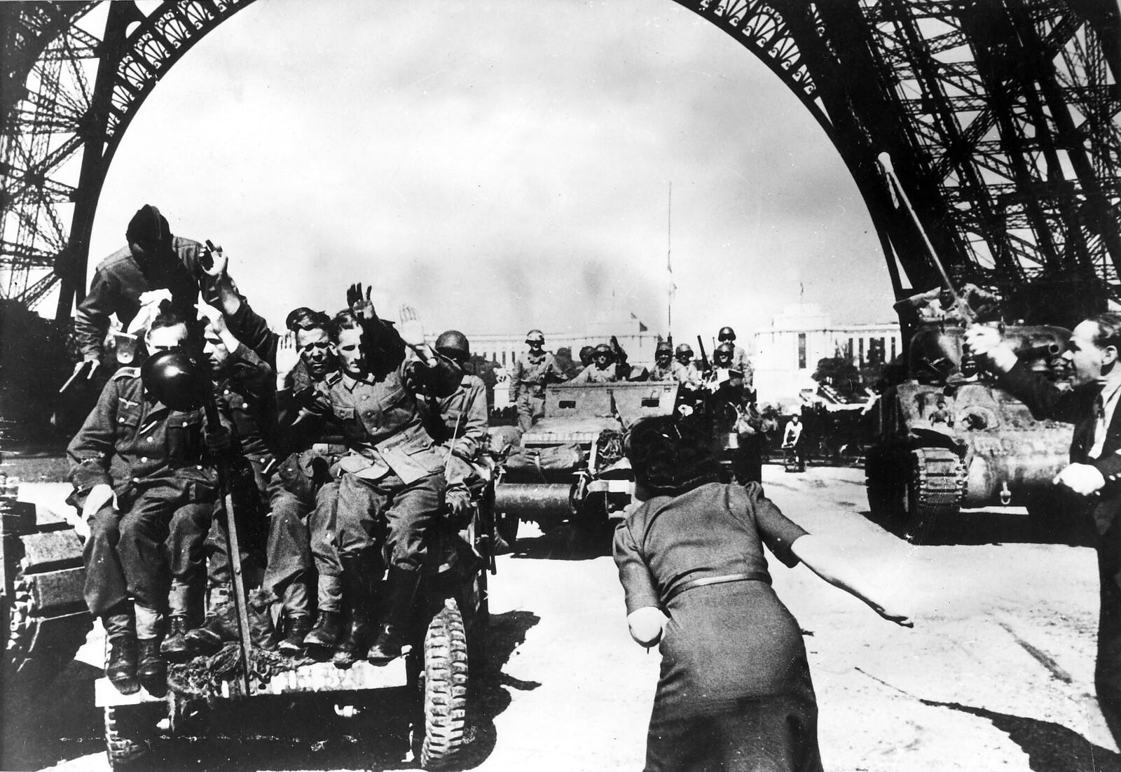 1944. Пленные немецкие солдаты перевозятся на бронемашинах и подвергаются жестокому обращению со стороны французского населения