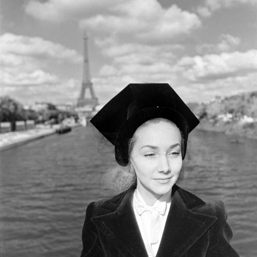 1944. Женщина в модной шляпе возле Эйфелевой башни, Париж, Франция, август (2)