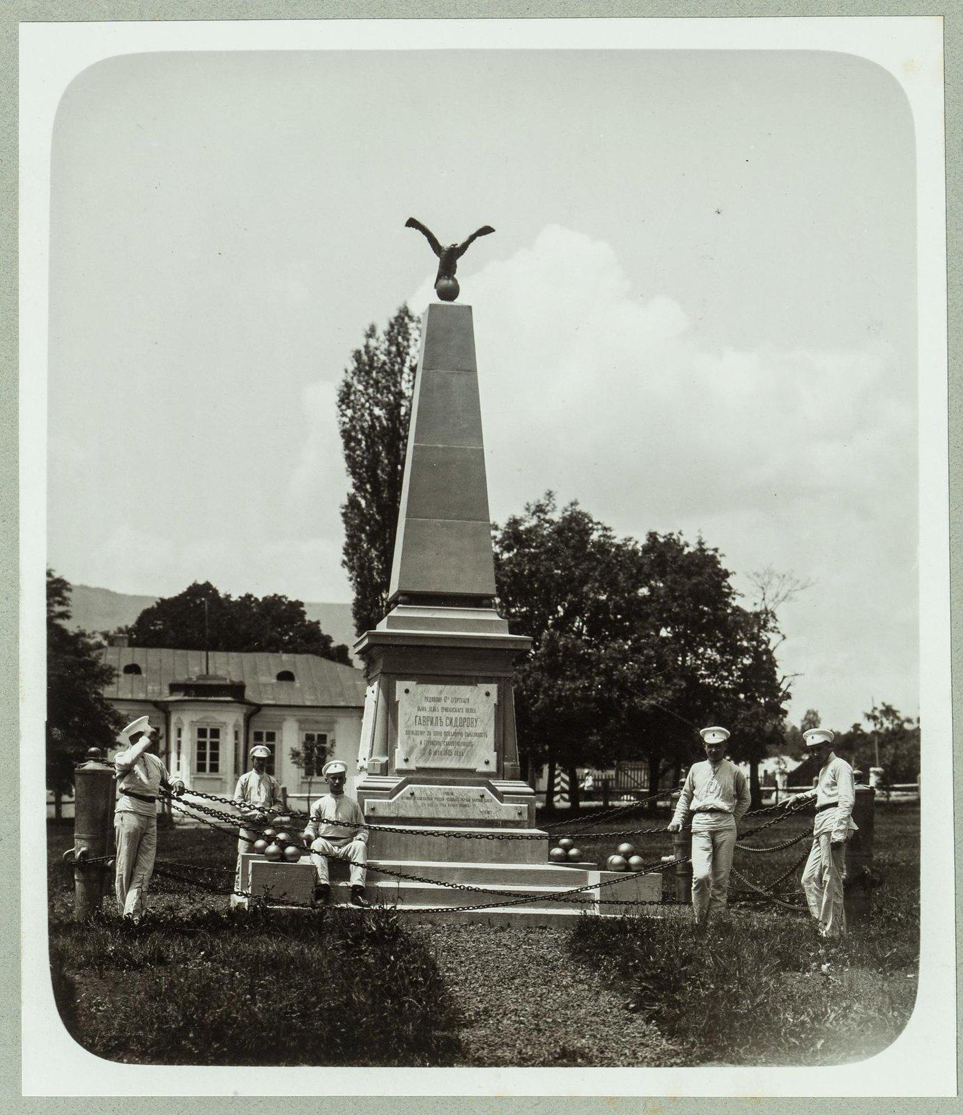 18. Кадеты возле памятника воину герою