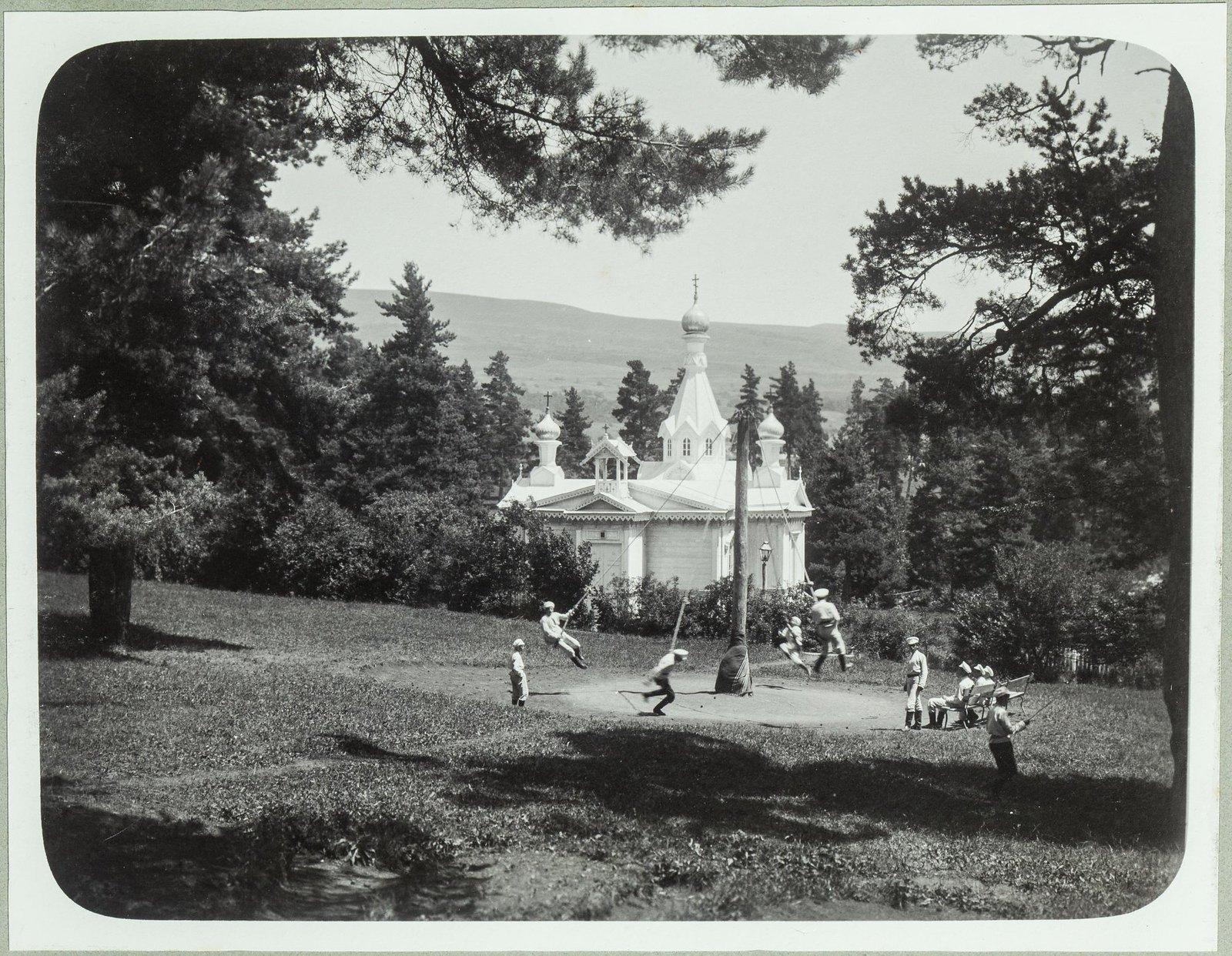 05. «Гигантские шаги» на лужайке перед церковью Михаила Архангела в летнем лагере