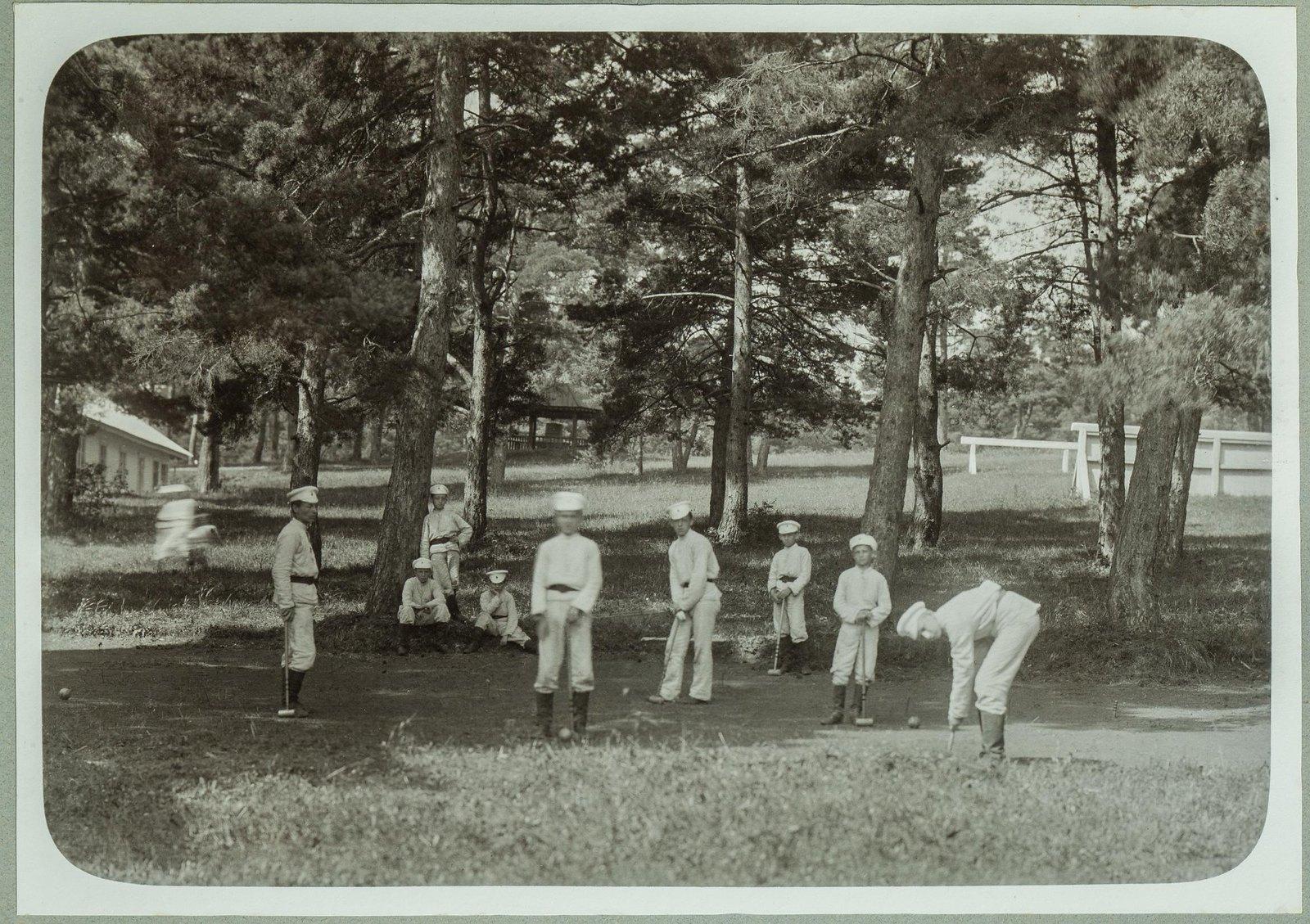 08. Игра в городки в летнем лагере
