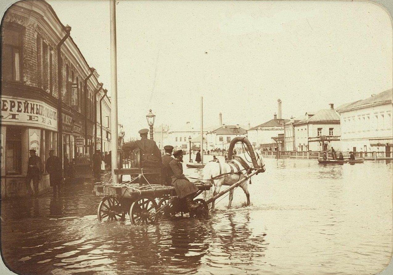 Наводнение 15-17 апреля 1895 года в Москве. От церкви Успения в Кожевниках