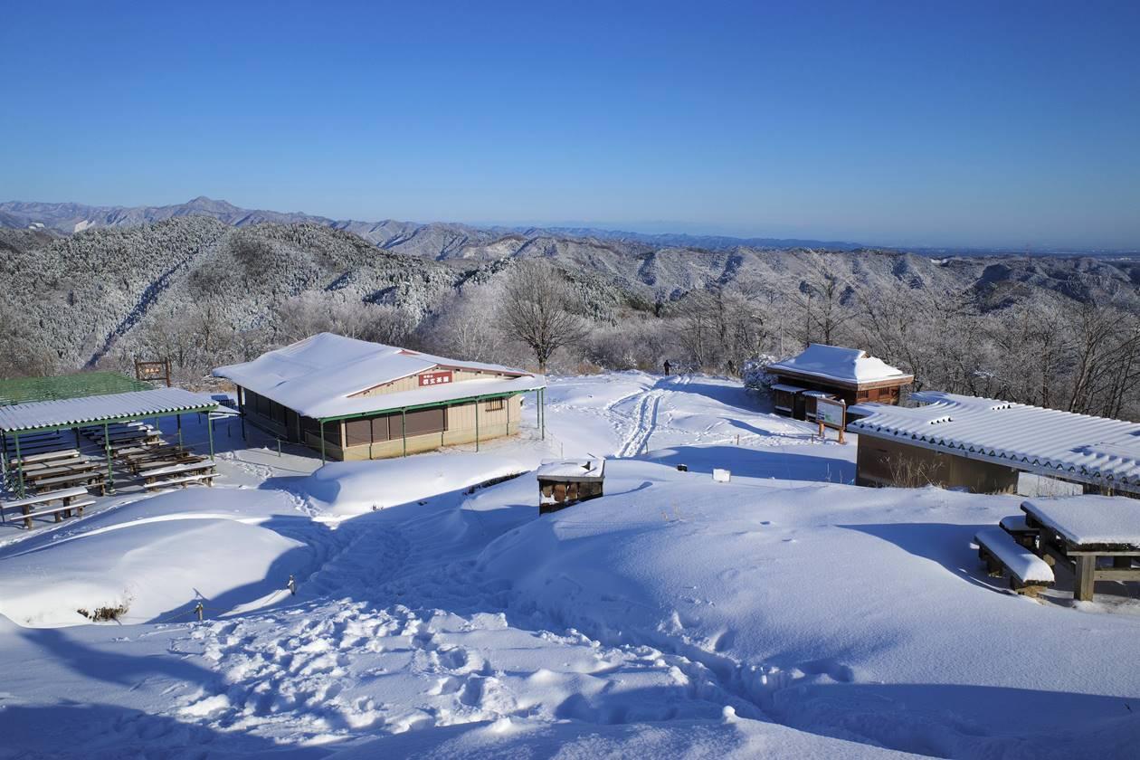 雪が積もった陣馬山
