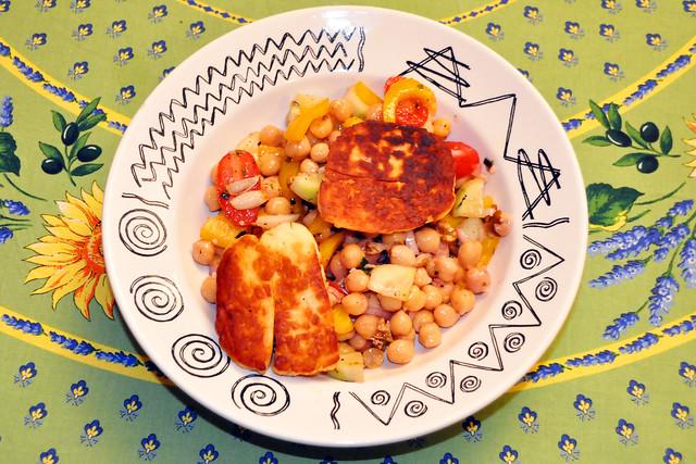 Dezember 2020 ... Gebratener Halloumi-Käse mit buntem Kichererbsen-Salat ... Brigitte Stolle