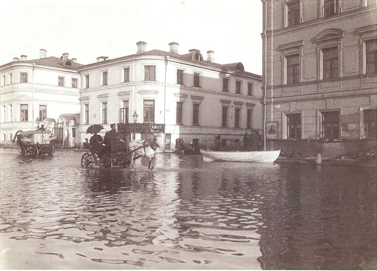 Наводнение 15-17 апреля 1895 года в Москве. Вид одной из улиц