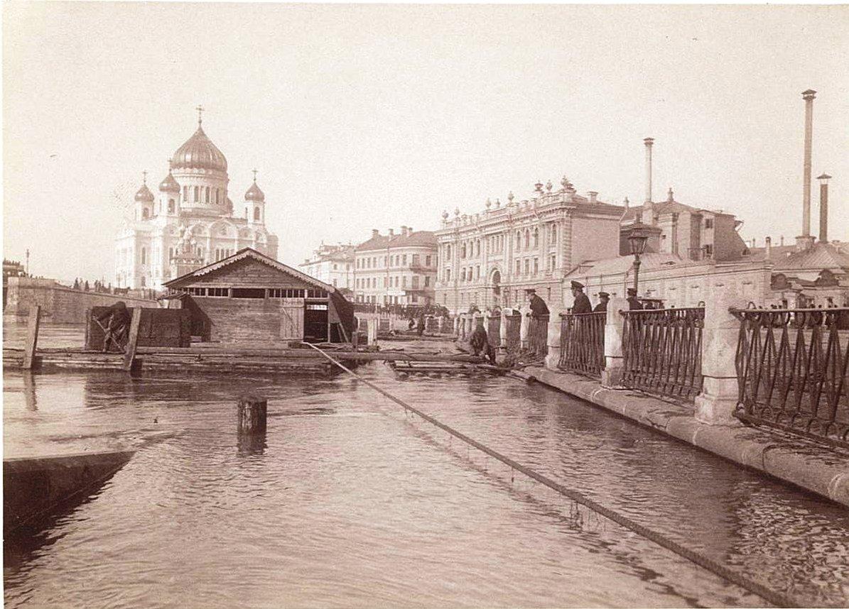 Наводнение 15-17 апреля 1895 года в Москве. Вид набережной и Храма Христа Спасителя
