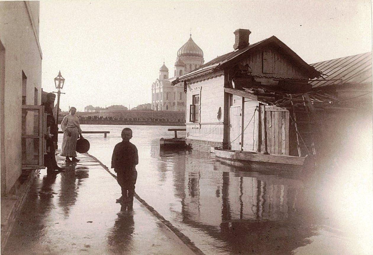 Наводнение 15-17 апреля 1895 года в Москве. Вид на храм Христа Спасителя с противоположного берега Москва-реки