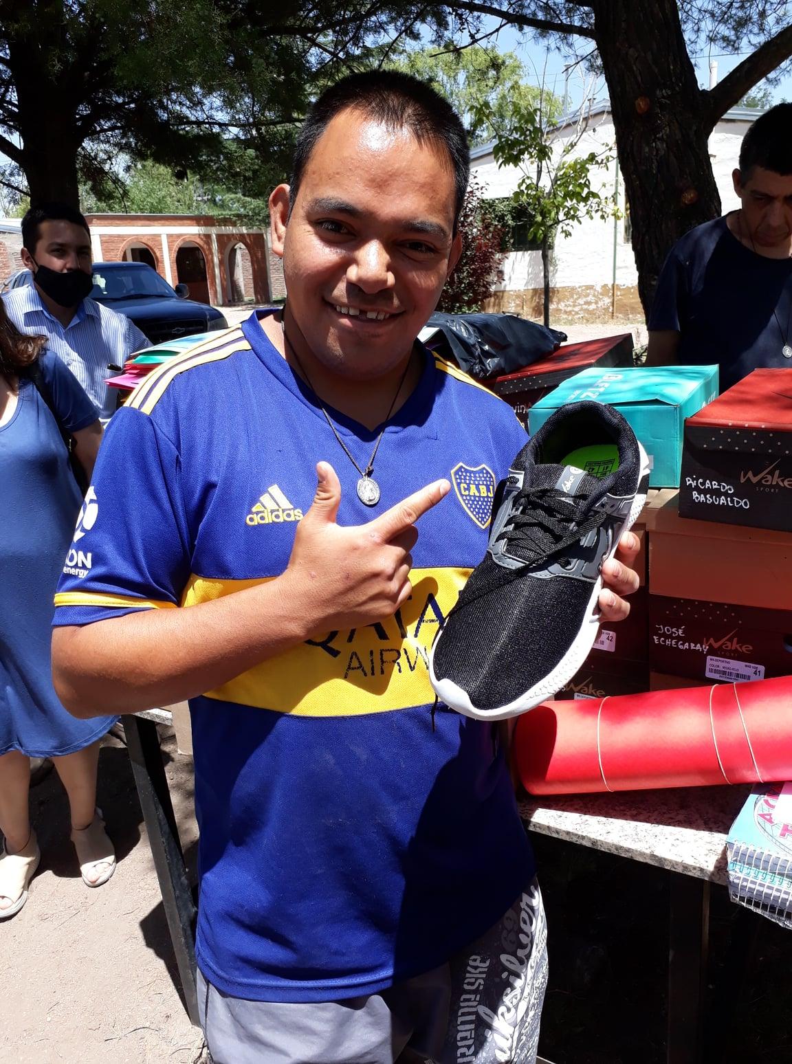 Argentina - Donación de útiles y zapatillas al Hogar San Martín de Tours