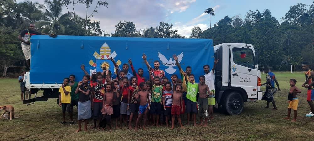 Papúa – Camión bus regalo del Papa a la Parroquia Santísima Trinidad, bendecido por el Obispo