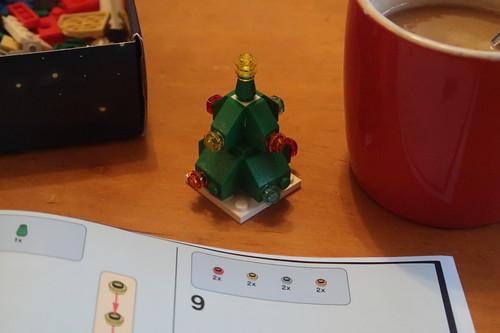 Morgendlicher Kaffee zum Zusammenbau des dreiundzwanzigsten Modells des 24 in 1 Sets von Lego