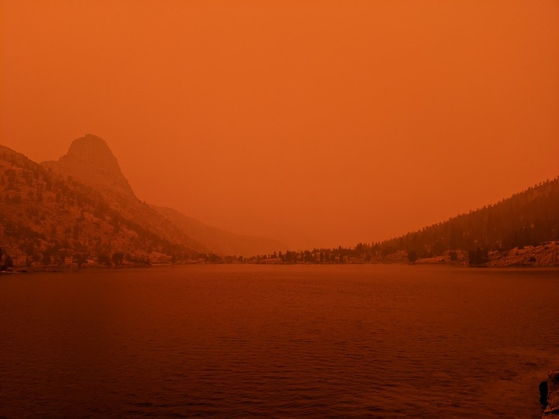 At 3pm the smoke reached an insane orange maximum in the air and the sun disappeared - Fin Dome to the north