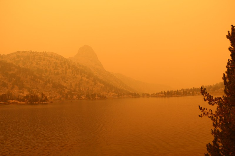 A large smoke plume from the SQF Complex Fire wafted over the Rae Lakes and Fin Dome turned orange