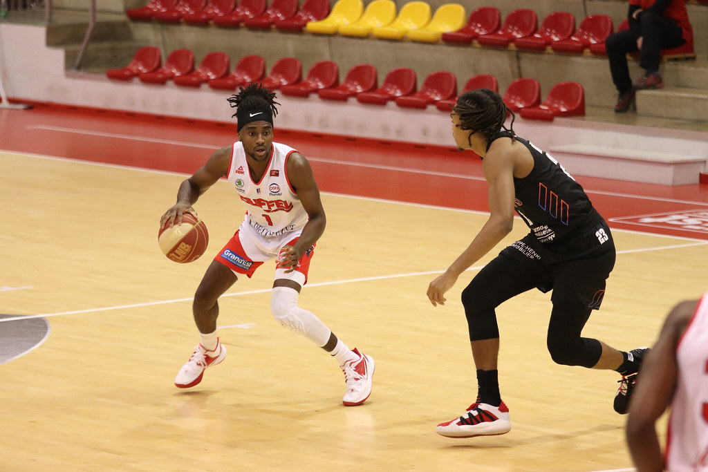 Michael Oguine contre Paris Basket (photo : Lilian Bordron