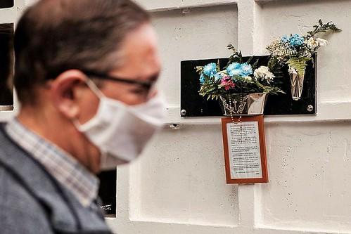 El Párroco de San Sebastián de Agüimes, D. Miguel Antonio Lantigua, ante las tumbas de los quince jóvenes fallecidos en un cayuco (Foto: Efe-Á. Medina)