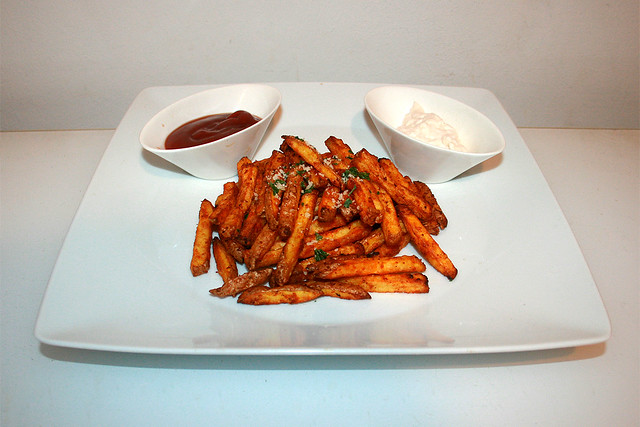 18 - Garlic Parmesan Fries - Side view / Knoblauch Parmesan Pommes - Seitenansicht