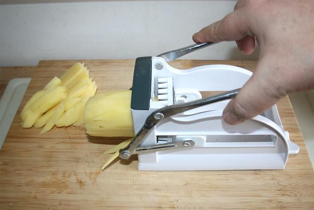 01 - Cut potatoes in sticks / Kartoffeln in Stäbchen schneiden