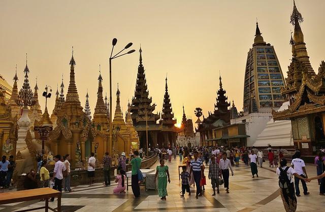 Myanmar/ Burma, Yangon, Die prächtigste Pagode - der Shwedagon, religiöses Zentrum des Landes.  Die Sonne geht langsam unter und es wird Abend.  78093/13263
