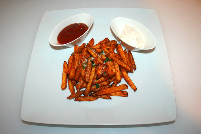 17 - Garlic Parmesan Fries - Served / Knoblauch Parmesan Pommes - Serviert