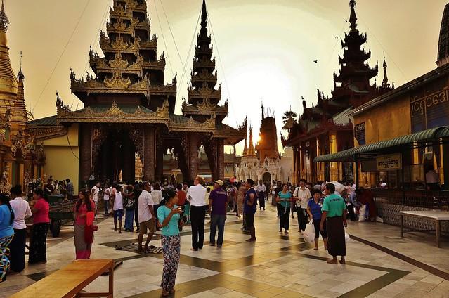 Myanmar/ Burma, Yangon, Die prächtigste Pagode - der Shwedagon, religiöses Zentrum des Landes.  Die Sonne geht langsam unter und es wird Abend.  78091/13261
