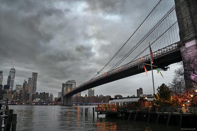 Christmas lights under Brooklyn Bridge - Luces de Navidad bajo el puente de Brooklyn