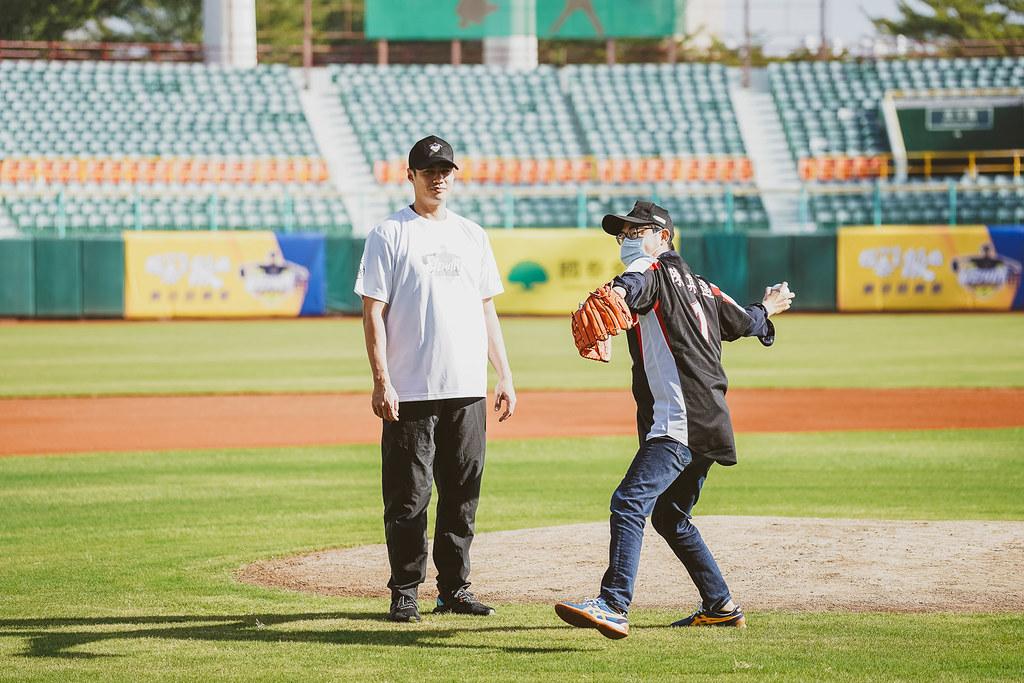 陳偉殷在旁指導市長陳其邁投出漂亮的一球,為今年的「國泰真殷雄棒球訓練營」揭開序幕。(大漢提供)