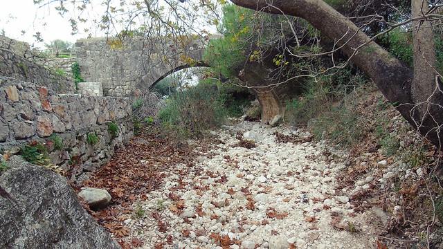 Ο παλιός επαρχιακός δρόμος Αγίου Νικήτα και το πέτρινο μονότοξο γεφύρι της Λαγκάδας