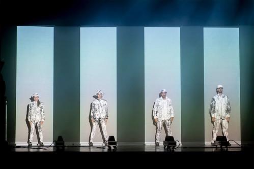 """Brodas Bros en una escena del espectáculo """"Around the world"""""""