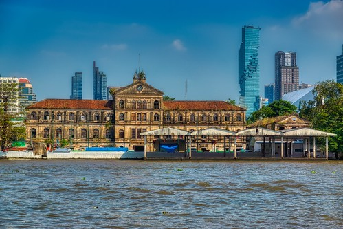Old and New - Old customs house by the Chao Phraya river with Mahanakhon tower (currently Thailand's tallest building) in Bangkok, Thailand | by UweBKK (α 77 on )
