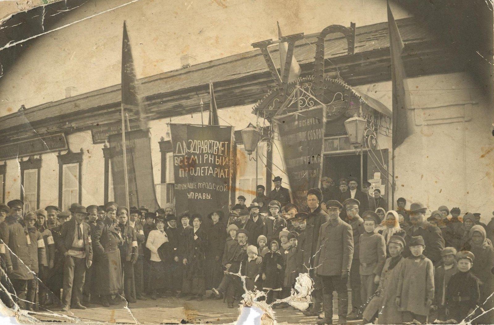 Митинг перед зданием городской управы по поводу созыва Учредительного собрания