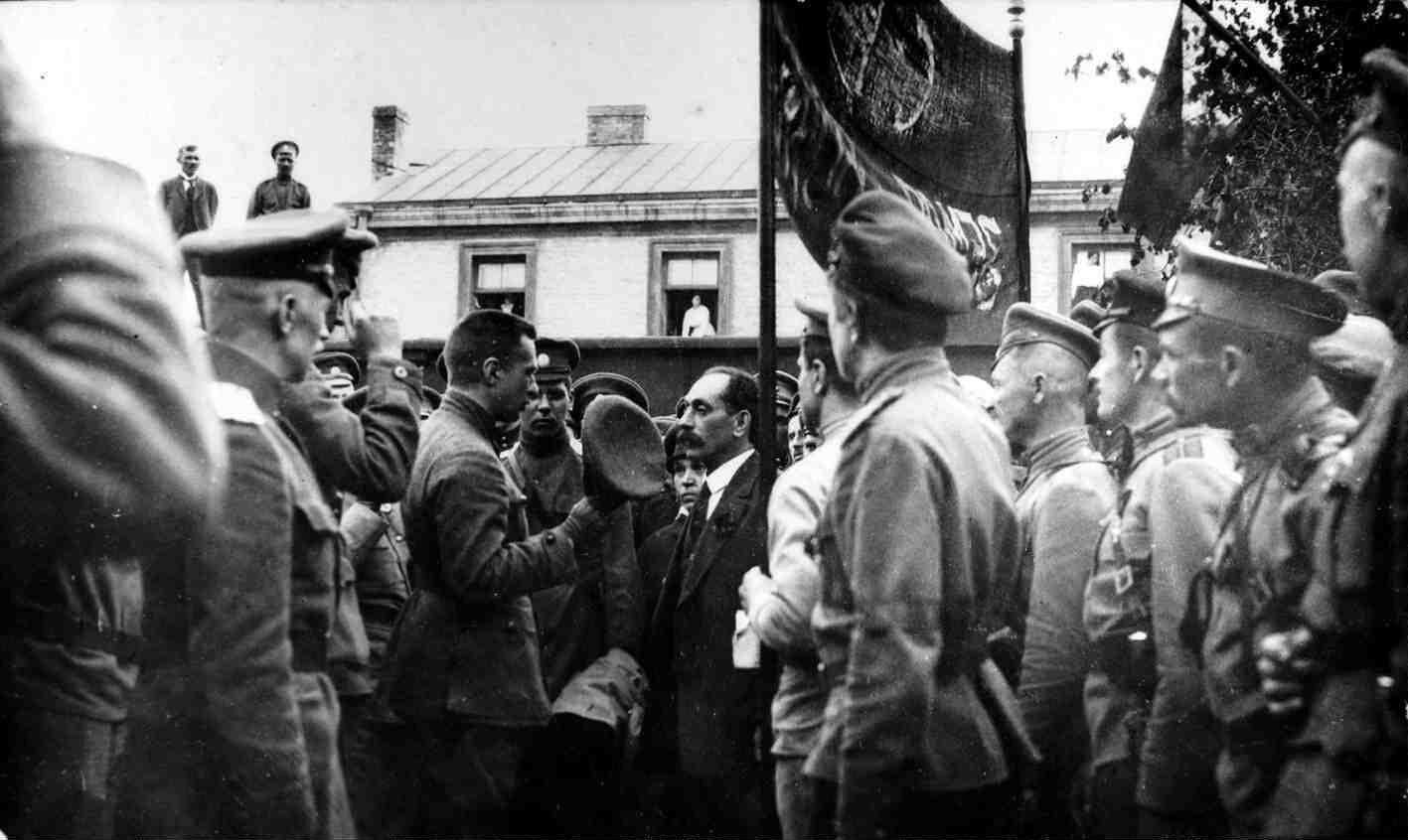 Май. Военный министр Временного правительства А. Ф. Керенский среди членов штаба Юго-Западного фронта