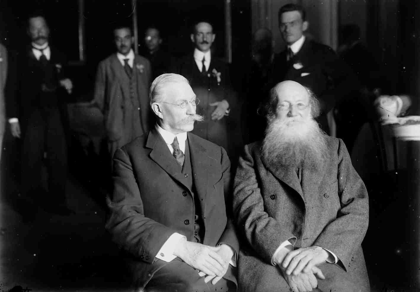 Август. Участники Государственного совещания П. Н. Милюков и П. А. Кропоткин