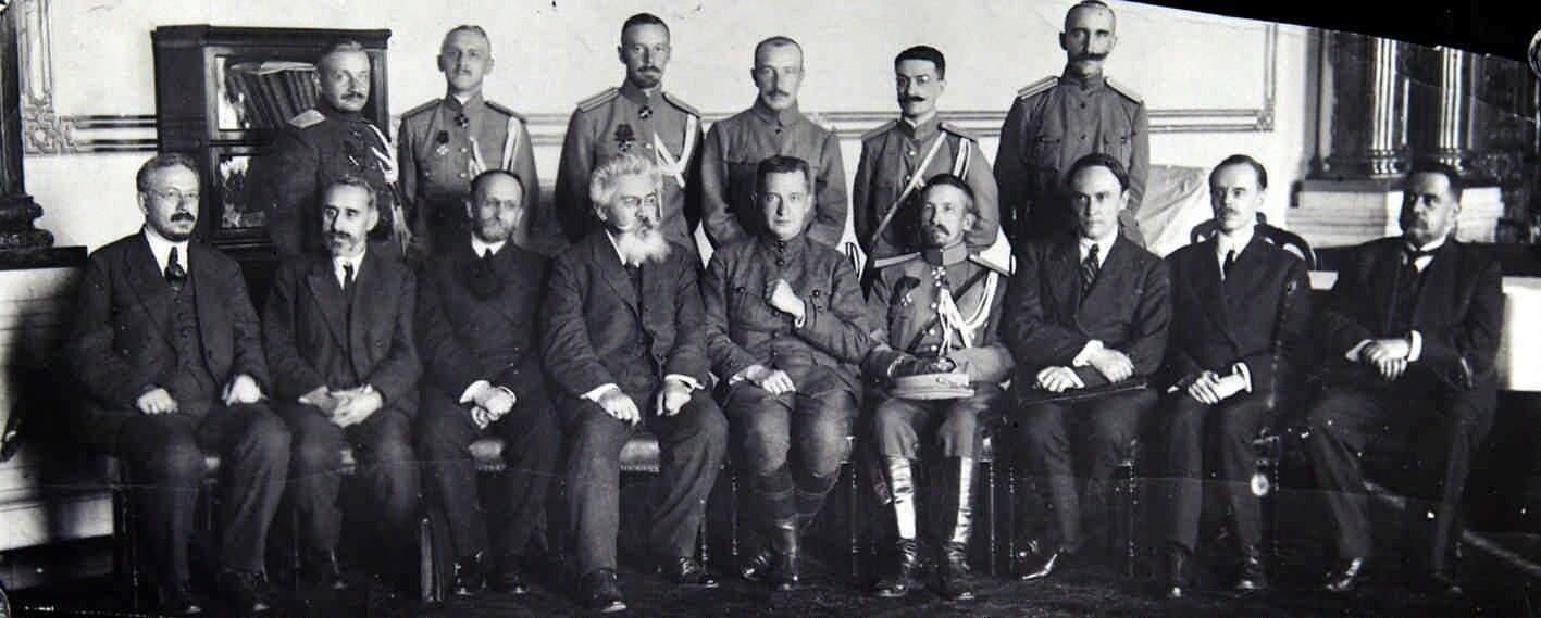 Август. Л. Г. Корнилов в группе членов Временного правительства перед Государственным совещанием